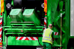 Carro y trabajador de basura Imagen de archivo