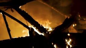 Carrocería ardiendo, coche nocturno del incendio provocado almacen de video