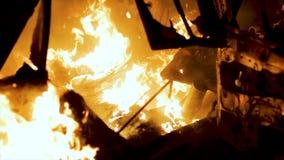 Carrocería ardiendo, hierro ardiente, coche quebrado en el fuego metrajes