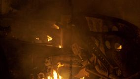 Carrocería ardiendo, hierro ardiente, coche quebrado en el fuego almacen de metraje de vídeo