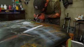 Carrocería de la pintura de la aerografía en el taller almacen de metraje de vídeo