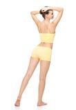 Carrocería femenina deportiva hermosa en ropa interior amarilla Imagen de archivo