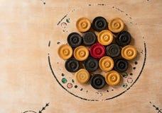Carrom-Mannstücke vereinbart auf einem Brett Lizenzfreies Stockbild