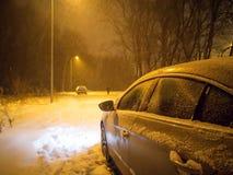 Carros à terra do estacionamento após a queda de neve fotografia de stock