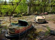 Carros abundantes no parque de diversões abandonado na cidade de Pripyat Foto de Stock Royalty Free