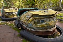 Carros abundantes no parque de diversões em Pripyat Foto de Stock