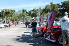 Carros americanos clássicos em seguido Imagens de Stock