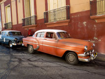 Carros americanos do vintage estacionados em Santiago de Cuba Fotografia de Stock Royalty Free