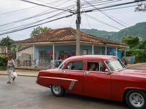 Carros americanos do vintage velho vermelho em ruas de Cuba Imagem de Stock