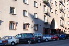 Carros & edifício de apartamento Imagem de Stock Royalty Free