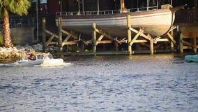 Carros anfíbios que cruzam-se na área de Buena Vista do lago vídeos de arquivo
