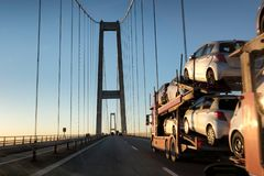 Carros Brand-new em um caminhão do transporte do carro foto de stock royalty free