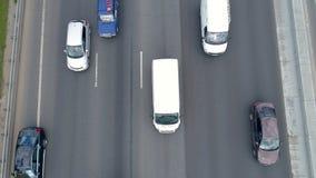 Carros, caminhões e velomotor movendo-se em um sentido em uma estrada com trânsito intenso 4K filme