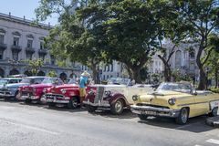 Carros clássicos americanos em Havana, Cuba imagem de stock royalty free