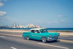 Carros clássicos velhos azuis no Malecon, o passeio icônico da frente marítima, em Havana imagem de stock royalty free