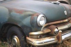 Carros clássicos velhos que oxidam afastado imagem de stock