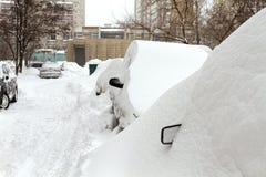 Carros cobertos com a neve foto de stock