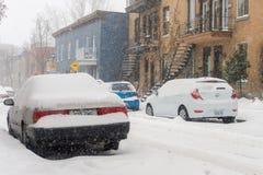 Carros cobertos com a neve após a primeira tempestade da neve da estação Foto de Stock Royalty Free