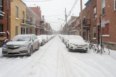 Carros cobertos com a neve após a primeira tempestade da neve da estação Imagens de Stock