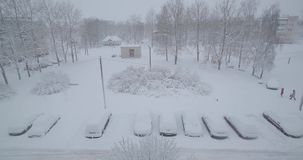 carros cobertos de neve no parque de estacionamento video estoque
