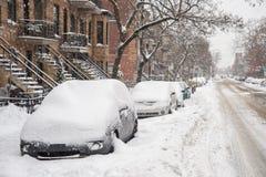 Carros cobertos na neve durante a tempestade de neve Imagens de Stock