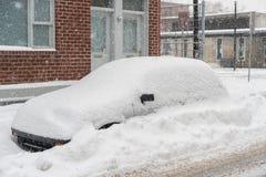 Carros cobertos na neve durante a tempestade de neve Fotografia de Stock