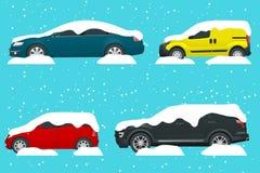 Carros cobertos na neve em uma estrada durante a queda de neve Tempestade da neve Lotes dos carros Conceito do período frio Foto de Stock Royalty Free