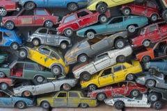 Carros coloridos mudos do brinquedo velho para o fundo foto de stock