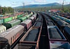 Carros com carvão e óleo da estação Foto de Stock