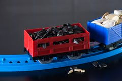 Carros con las semillas de girasol y las semillas de calabaza Carros de la carga del juguete fotos de archivo