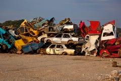 Carros da sucata no Junkyard Fotos de Stock