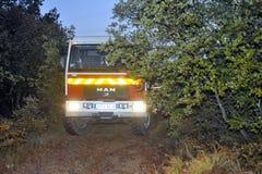 Carros de bombeiros em uma estrada de floresta Fotos de Stock Royalty Free