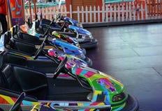 Carros de competência bondes do parque de diversões Imagem de Stock