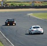Carros de competência de Porsche na trilha imagem de stock royalty free