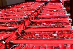 Carros de compras empilados en el supermercado Imagen de archivo libre de regalías