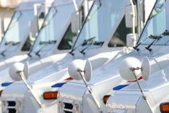 Carros de correo blancos de los E.E.U.U. en una fila Imagenes de archivo