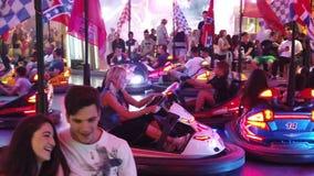 Carros de Dodgem no parque de diversões video estoque