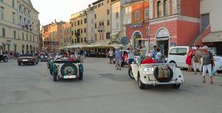 Carros de esportes de Assic MG na praça da cidade Rovinj na excursão da Croácia Fotografia de Stock Royalty Free