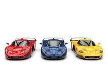 Carros de esportes impressionantes do conceito em cores vermelhas, azuis e amarelas ilustração stock