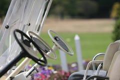 Carros de golf en el listo. Fotografía de archivo libre de regalías
