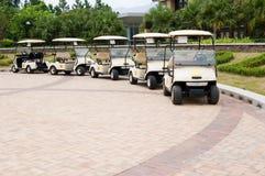 Carros de golf en una fila imágenes de archivo libres de regalías