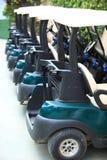 Carros de golf modernos de alta calidad alineados Imágenes de archivo libres de regalías