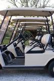 Carros de golfe alinhados no clube Foto de Stock Royalty Free