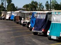 Carros de golfe em uma vila Florida da aposentadoria Fotografia de Stock Royalty Free