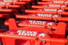 Carros de la compra de la cadena de supermercados alemana, Rewe Fotografía de archivo libre de regalías