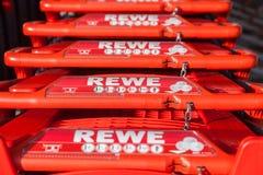 Carros de la compra de la cadena de supermercados alemana, Rewe Fotos de archivo libres de regalías