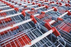 Carros de la compra en el supermercado fotos de archivo