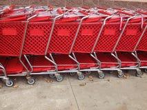 Carros de la compra rojos en fila Fotografía de archivo libre de regalías