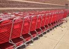 Carros de la compra rojos fuera de una tienda Fotografía de archivo