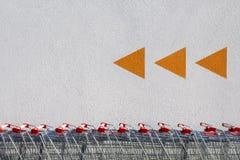 Carros de la compra y flechas Foto de archivo libre de regalías